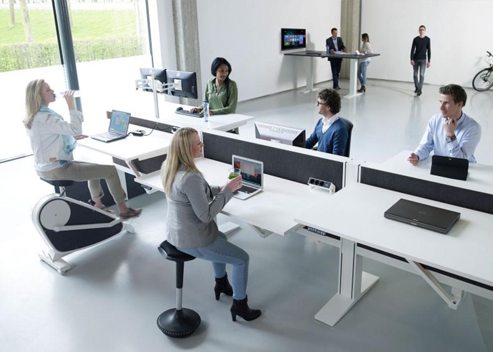 Zó stelt u een bureaustoel en een zit sta bureau in